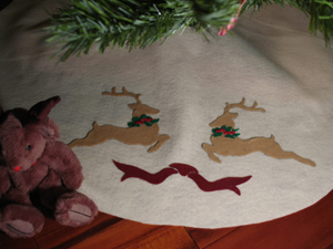Christmas Tree Skirt Reindeer from www.all-about-stencils.com